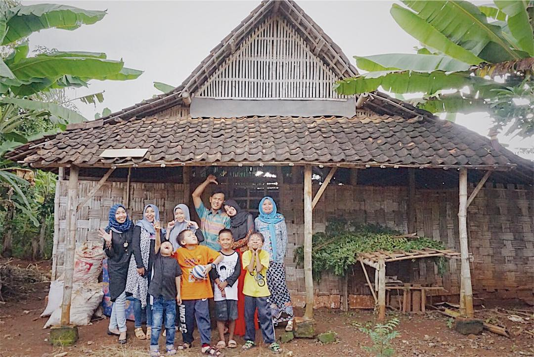 Momen Berfoto bersama keluarga dan Saudara saat mudik di Kampung Halaman Gresik, Seruan-Seruan Berbagi kisah cerita waktu kecil sambil mengenang momen dahulu di depan rumah eyang yang telah berubah menjadi kandang Sapi 🐂😆 I @zouall