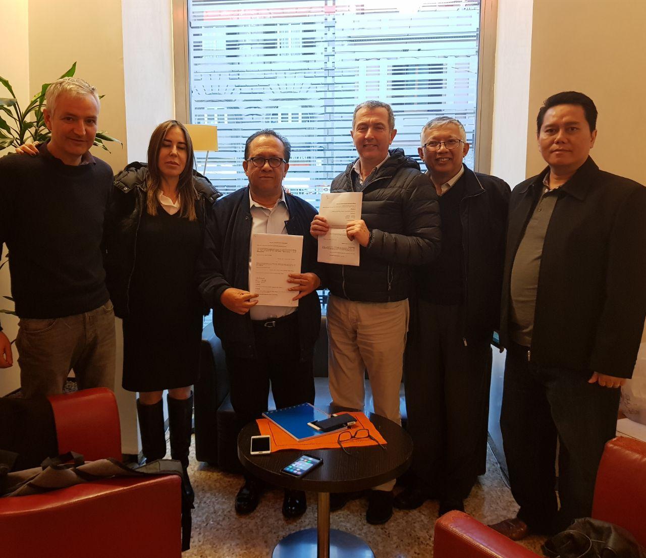 Sapta Nirwandar (ketiga dari kiri) menyepakati penyebaran film dengan distributor asal Italia I Foto: istimewa