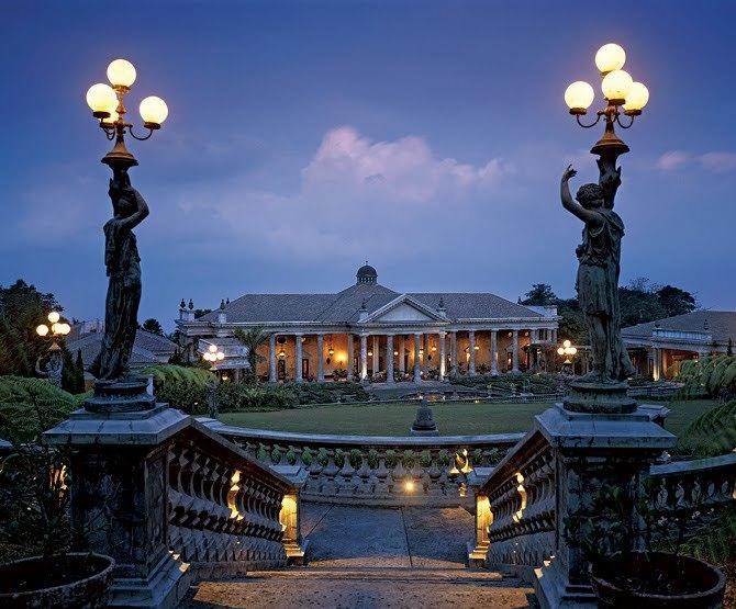 Bangunan klasik terlihat makin mewah di malam hari