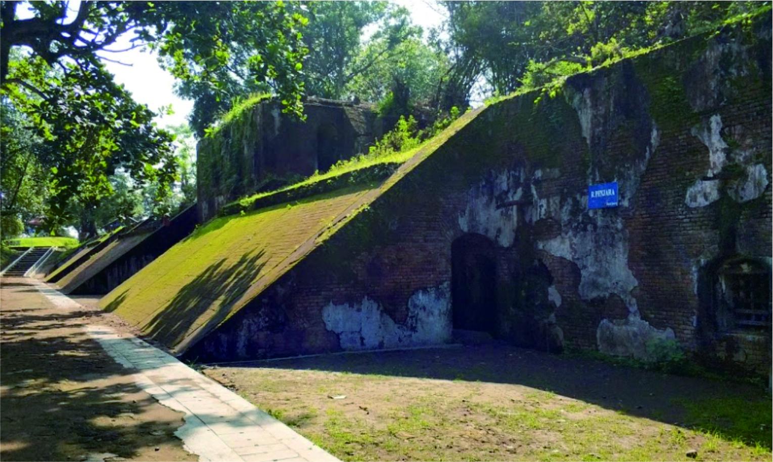 Salah satu bagian Benteng Pendem. | Foto : jalanjalanenak.com