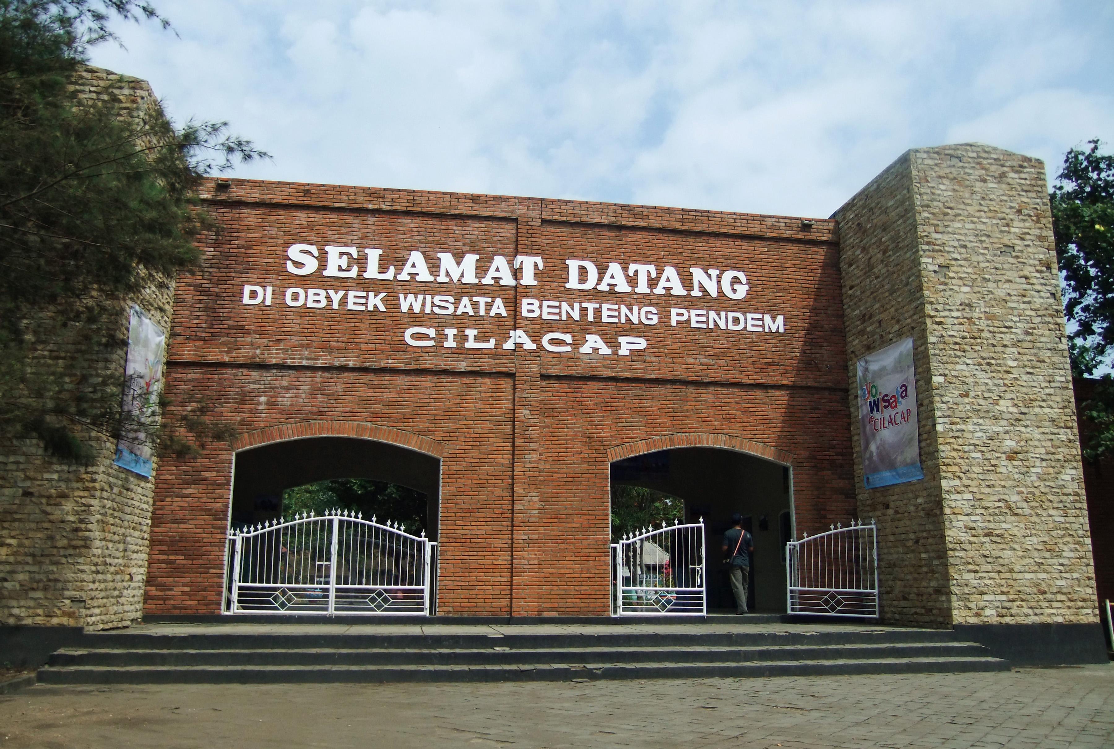 Gerbang pintu masuk kawasan wisata Benteng Pendem dibuat dengan menyerupai bangunan dengan arsitektur Eropa. | Foto : Wikipedia