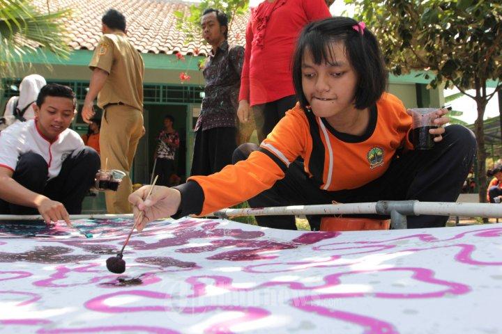 Siswa SLBN Semarang membuat batik | Foto : Tribun