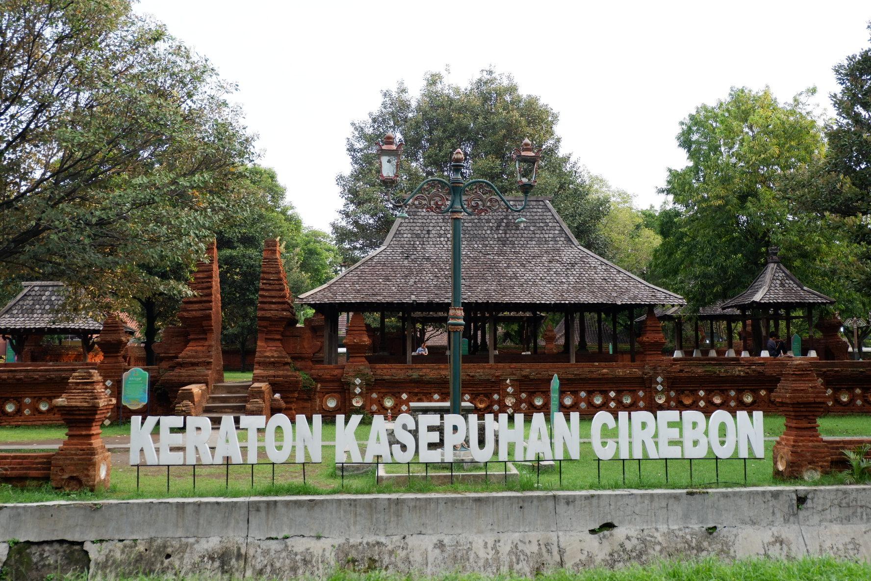 Cirebon memiliki beragam suku dan etnis, salah satunya etnis Arab. Dikisahkan bahwa orang-orang Arab membawa dan mengadaptasi Empal Gentong ke wilayah Cirebon.   Sumber Travels Promo