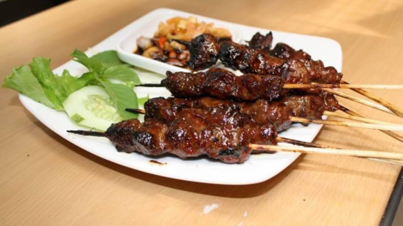 Sate daging rusa atau sate payau | Foto : Borneo Channel