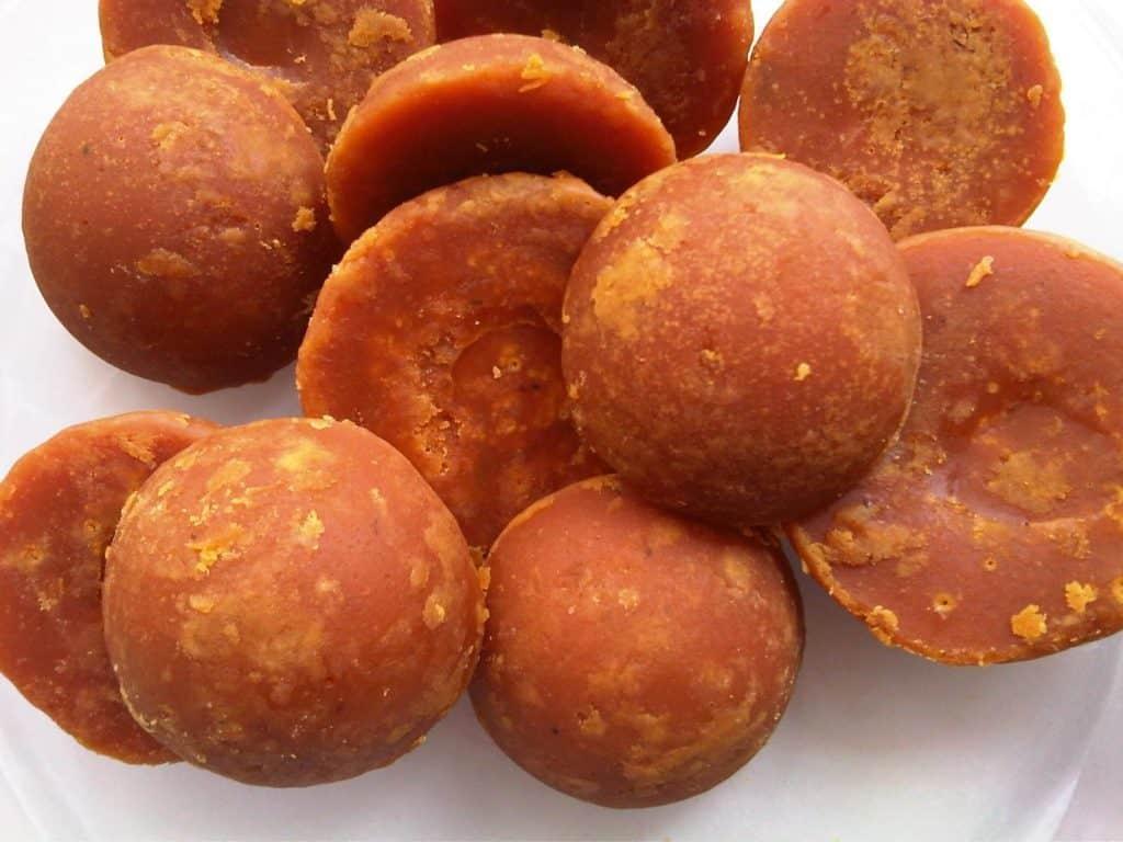 Beberapa gula jawa dicetak dengan bentuk silinder kecil, sementara beberapa lainnya dicetak dengan bantuan batok kelapa | Foto : hellosehat.com