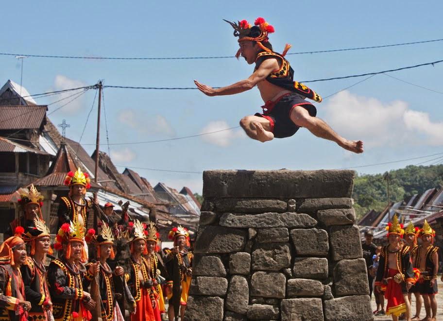 Upacara Adat Nias, Lompat Batu (http://alampedia.blogspot.co.id)