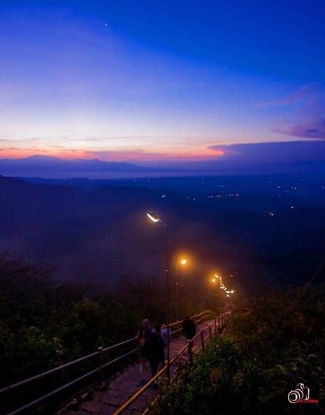 indahnya jalan menuju kawah galunggung (dok/IG @infowisatagalunggung)