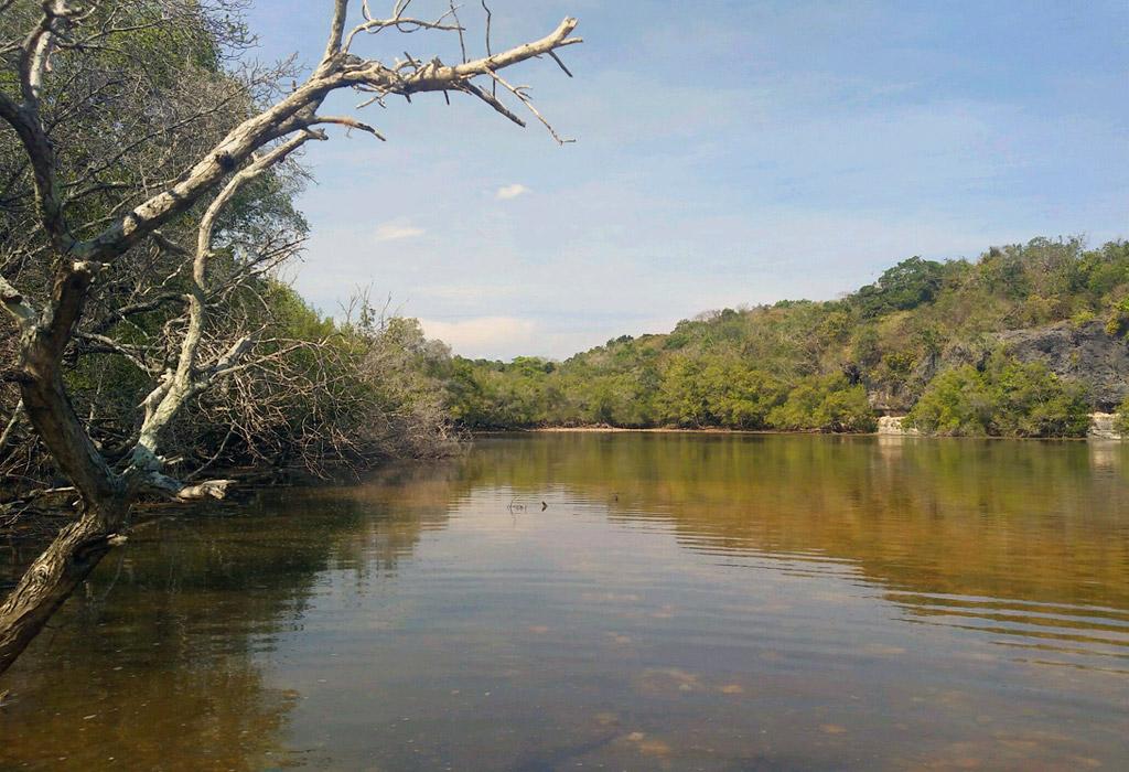Danau Merah yang lokasinya berada di tengah Pulau Ndana